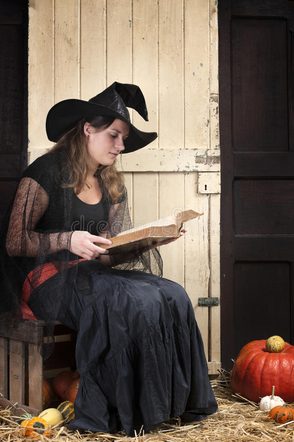 Dizer de história de Halloween imagem de stock