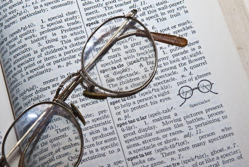 Dizionario/occhiali/vetri fotografia stock libera da diritti