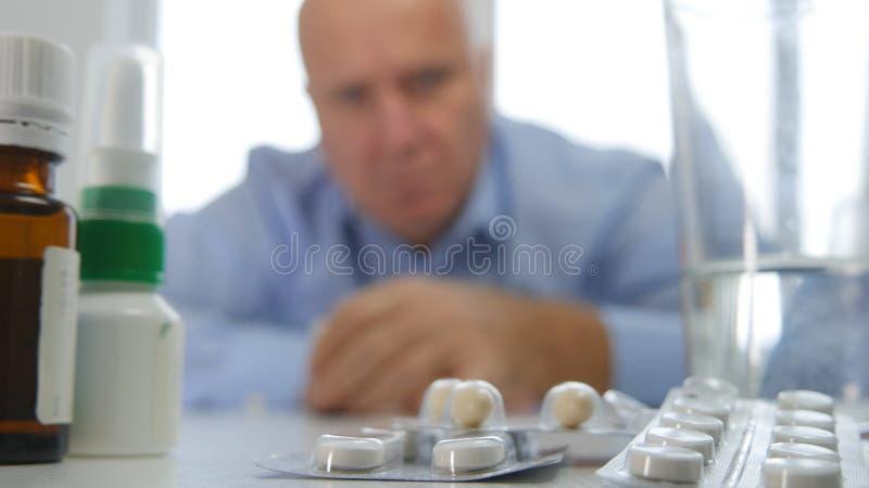 Dizzy Businessperson Feeling Sick Want para tomar una cierta medicina foto de archivo