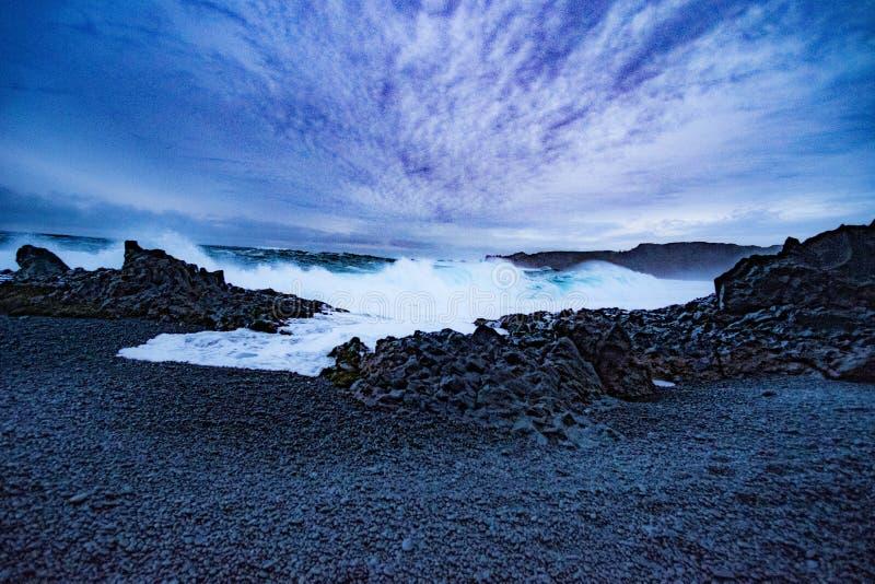 Djúpalà ³nssandur & DritvÃk - den svarta Lava Pearl Beach arkivbild