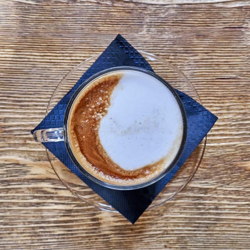 Djärv modern cappuccinokaffekopp på träbakgrund royaltyfria bilder
