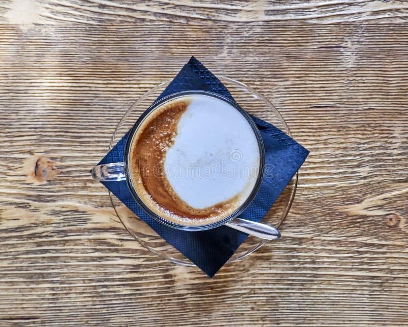 Djärv modern cappuccinokaffekopp på träbakgrund royaltyfria foton