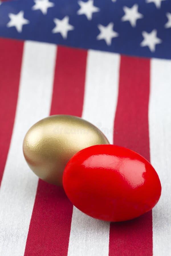 Djärva röda och guld- redeägg symboliserar framgång- och förlustutmaning royaltyfria bilder