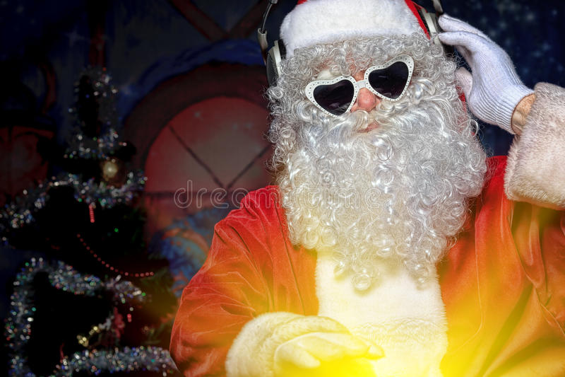 Download Dj圣诞老人 库存图片. 图片 包括有 庆祝, 圣诞节, 岩石, 前夕, 现代, 节假日, 帽子, 耳机 - 22355599