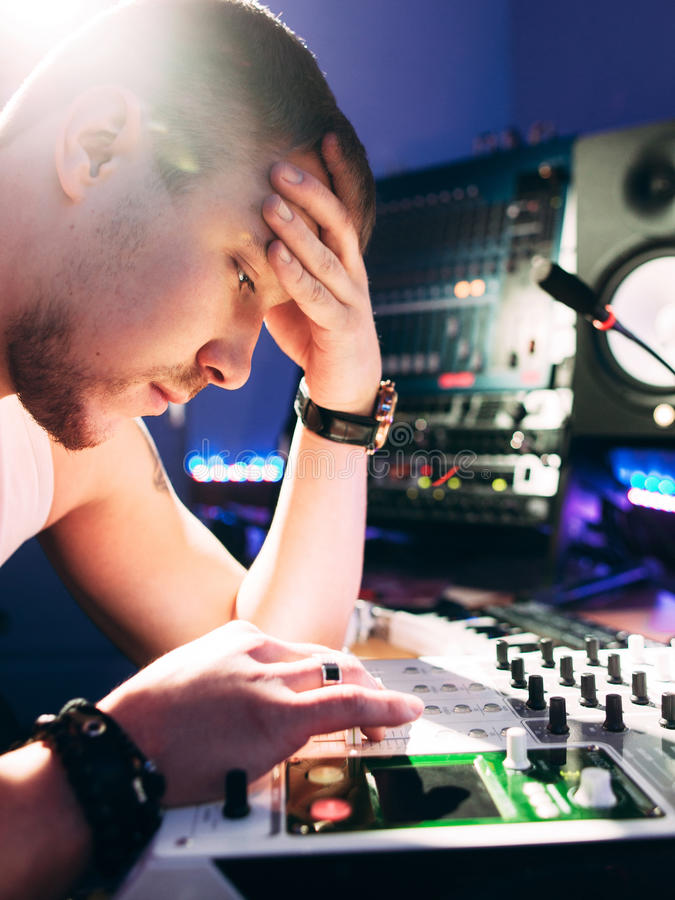 DJ在开始工作前调整音乐设备 图库摄影
