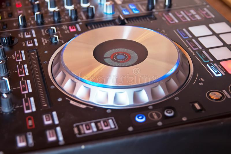 DJ在有色的迪斯科光的夜总会慰问CD的mp4节目播音员混合的书桌伊维萨岛房子音乐党 免版税库存图片