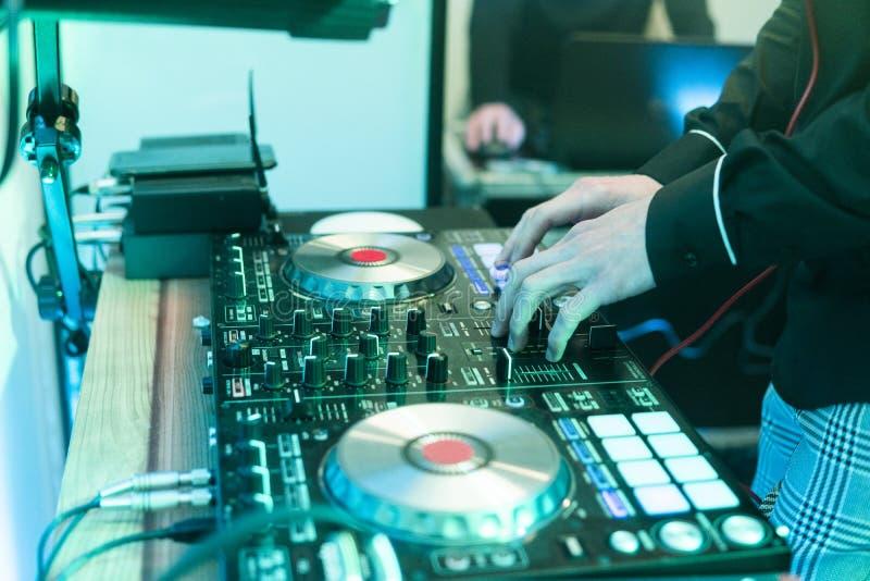 DJ戏剧和混合音乐在数字式搅拌器控制器 特写镜头DJ表现控制器,数字式密地转盘系统 库存图片