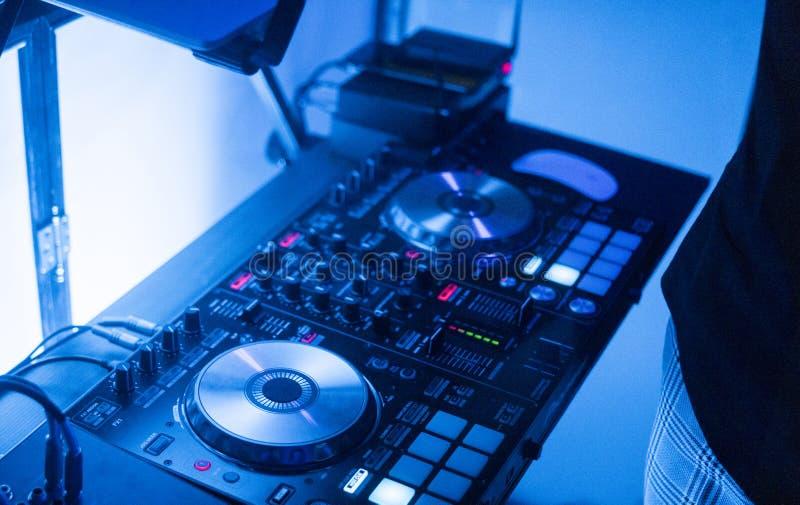 DJ戏剧和混合音乐在数字式搅拌器控制器 特写镜头DJ表现控制器,数字式密地转盘系统 图库摄影