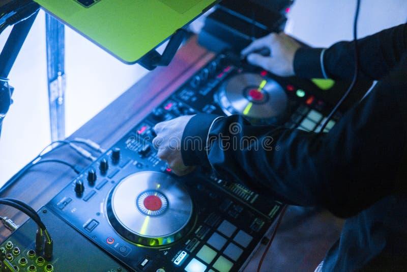 DJ戏剧和混合音乐在数字式搅拌器控制器 特写镜头DJ表现控制器,数字式密地转盘系统 免版税库存照片