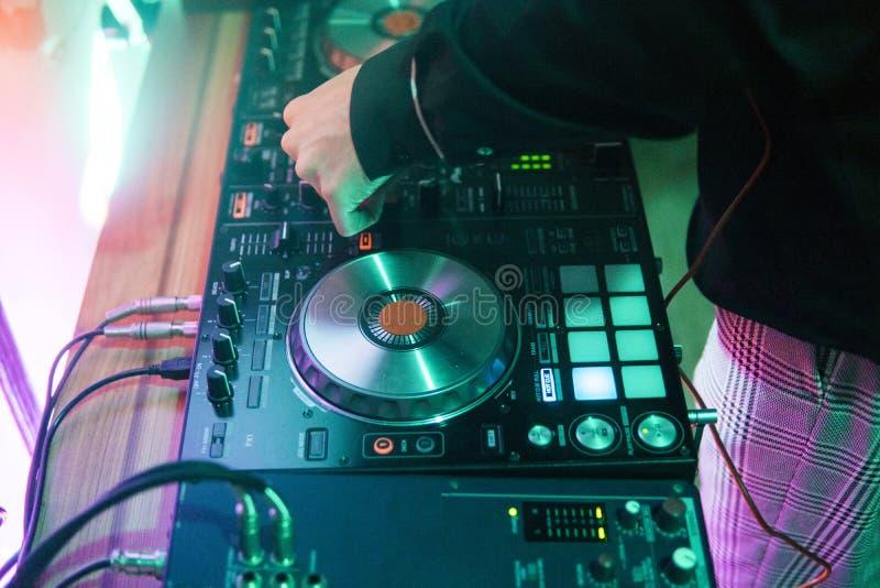 DJ戏剧和混合音乐在数字式搅拌器控制器 特写镜头DJ表现控制器,数字式密地转盘系统 免版税图库摄影