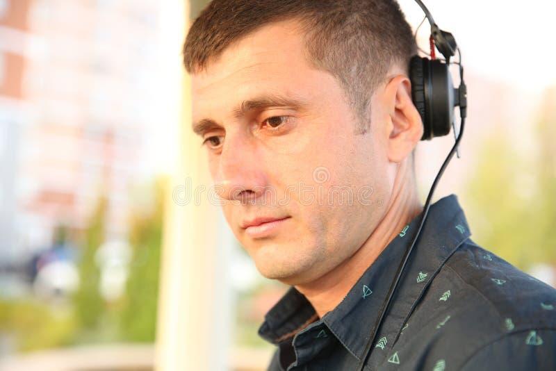 DJ演奏与耳机的音乐 免版税图库摄影
