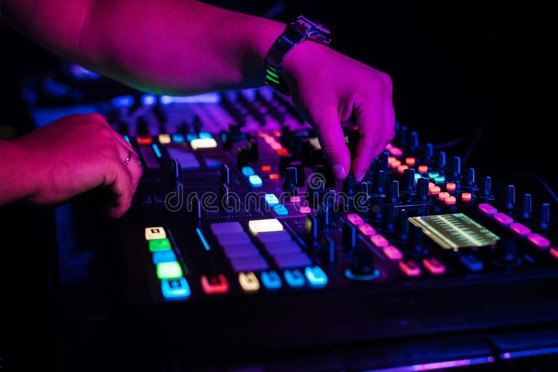DJ演奏电子音乐在夜总会在党 免版税库存照片