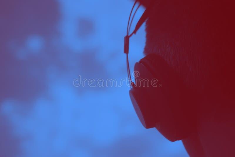 DJ节目播音员生产商佩带的耳机 免版税库存照片