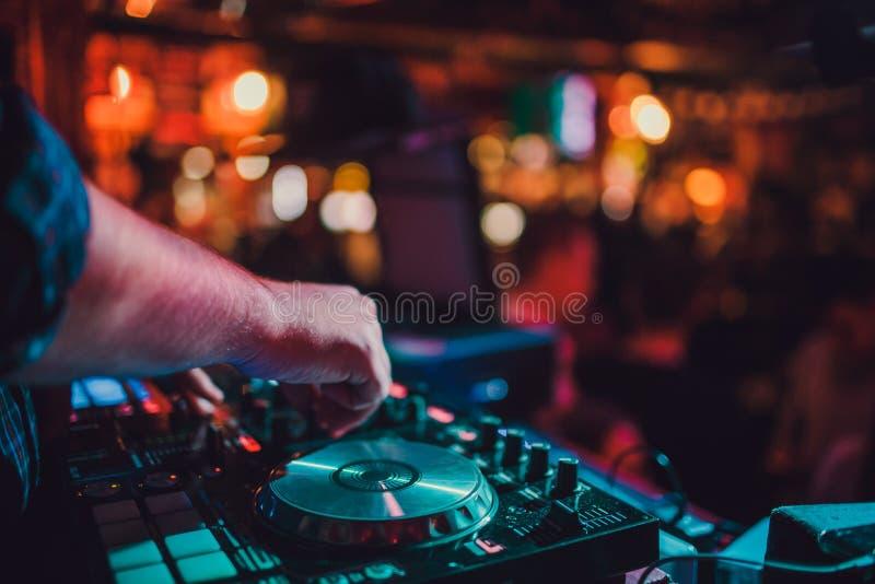DJ遥控、转盘和手 在俱乐部的夜生活,党 免版税库存图片