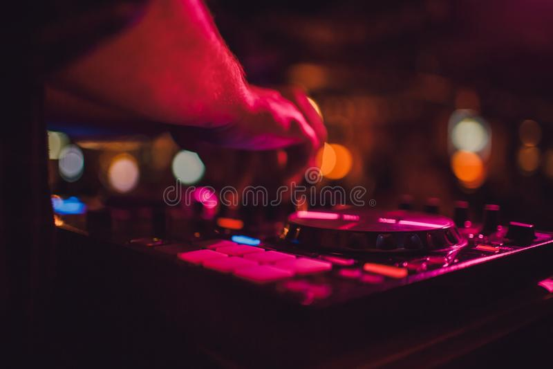 DJ μακρινό, περιστροφικές πλάκες, και χέρια Ζωή νύχτας στη λέσχη, κόμμα στοκ εικόνες