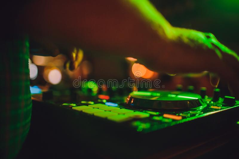 DJ μακρινό, περιστροφικές πλάκες, και χέρια Ζωή νύχτας στη λέσχη, κόμμα στοκ φωτογραφίες με δικαίωμα ελεύθερης χρήσης