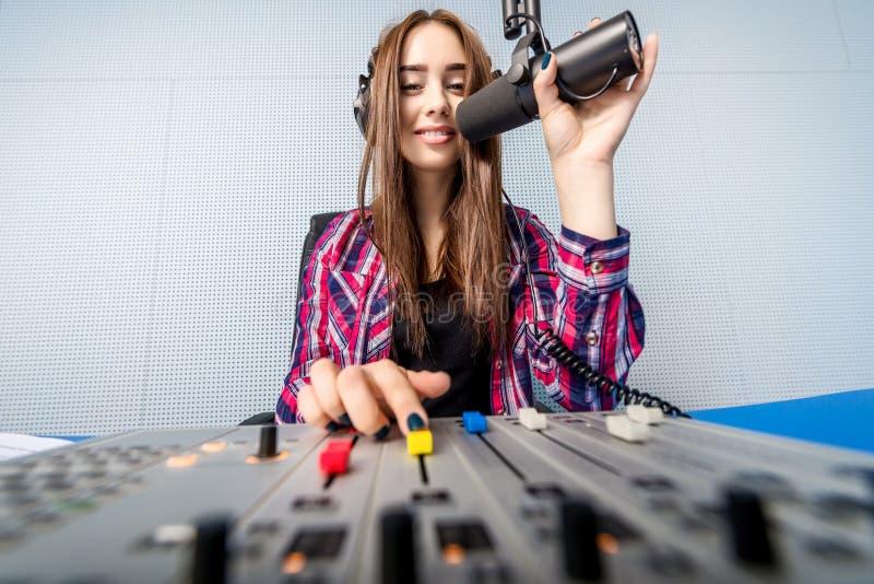 DJ που εργάζεται στο ραδιόφωνο στοκ φωτογραφίες