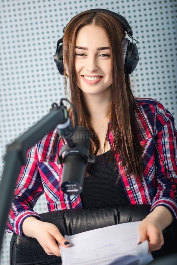 DJ που εργάζεται στο ραδιόφωνο στοκ εικόνα με δικαίωμα ελεύθερης χρήσης