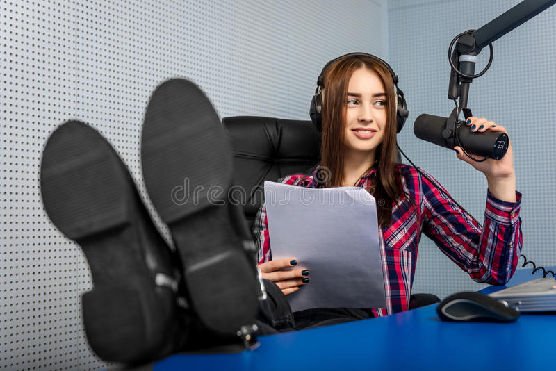 DJ που εργάζεται στο ραδιόφωνο στοκ εικόνες με δικαίωμα ελεύθερης χρήσης