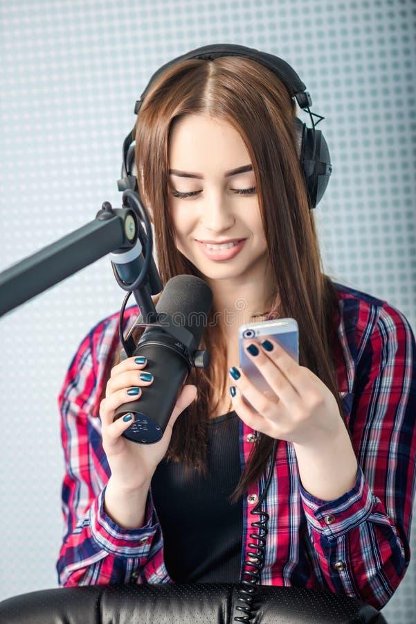 DJ που εργάζεται στο ραδιόφωνο στοκ εικόνες