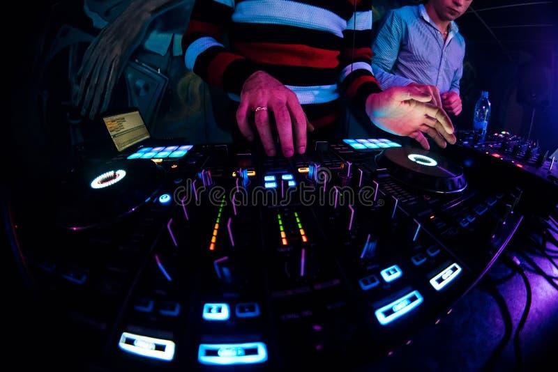 DJ в будочке играя смеситель на ночном клубе стоковое фото