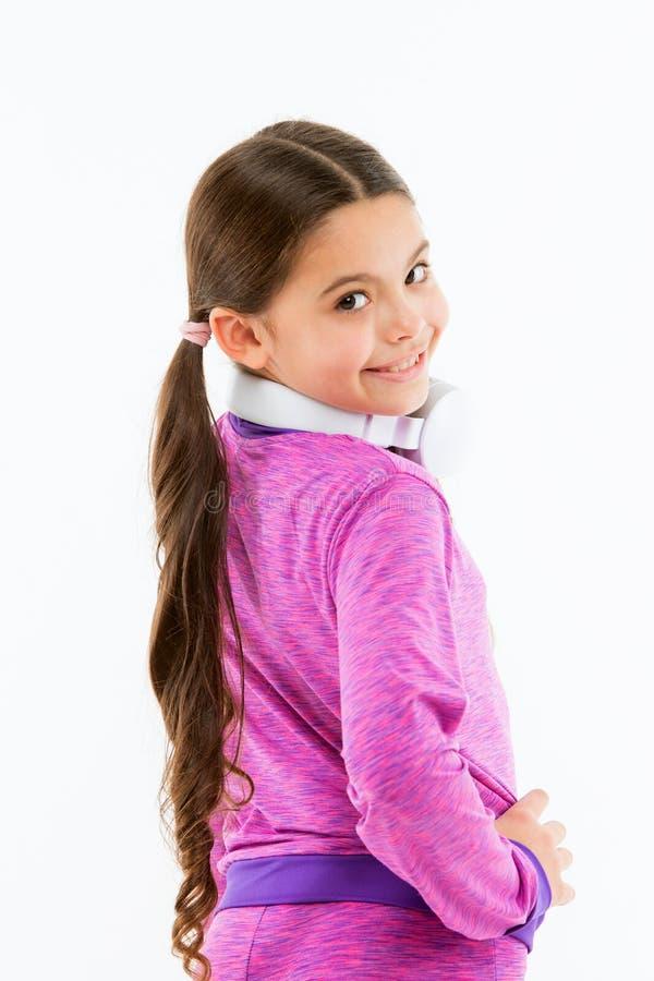 DJ, держит идти партии Прелестная девушка DJ Небольшой ребенок нося наушники DJ Маленькая девочка используя беспроводной шлемофон стоковые изображения