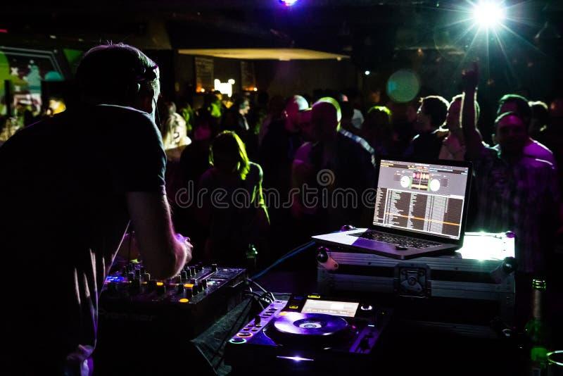 DJ играя в клубе стоковое изображение rf