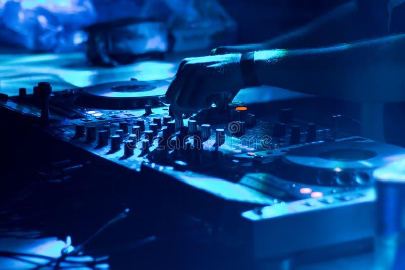 DJ играя музыку на крупном плане смесителя стоковая фотография
