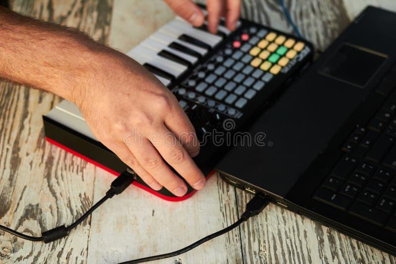 DJ играя музыку на крупном плане смесителя стоковое изображение rf