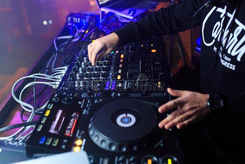 DJ играя музыку на крупном плане смесителя стоковые фотографии rf