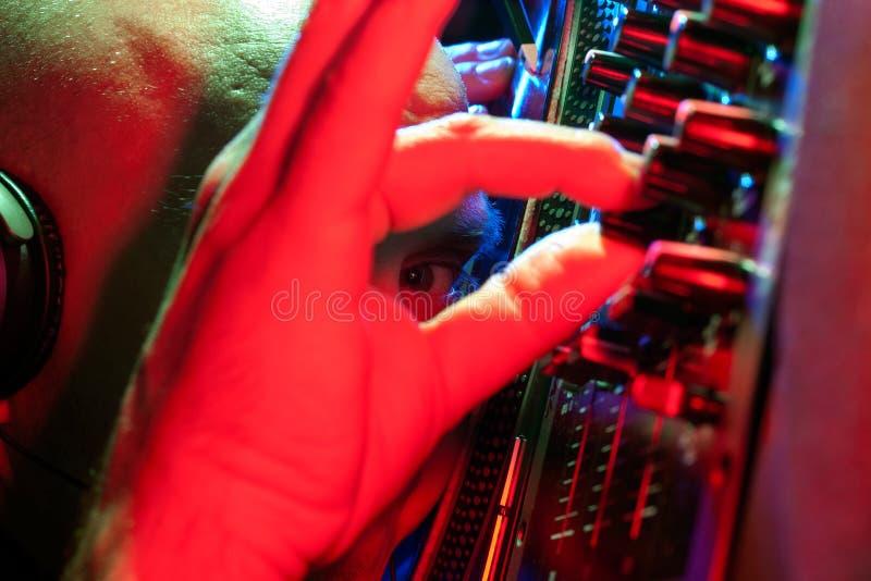 DJ смотря через его вручает eyed блестящее стоковая фотография rf