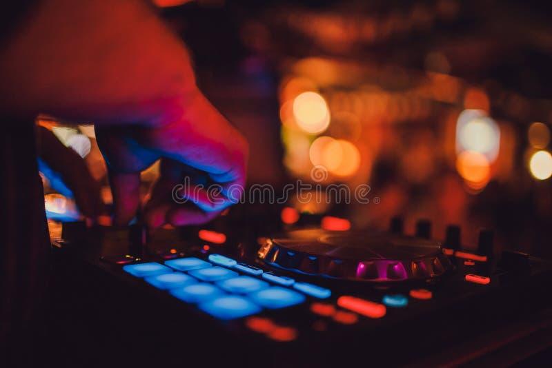DJ удаленный, turntables, и руки Ночная жизнь на клубе, партия стоковое фото
