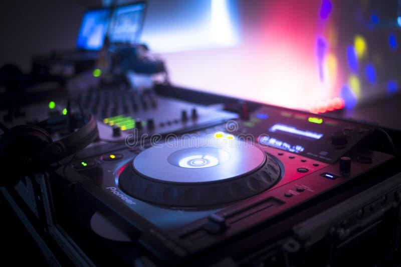 DJ утешает смешивая ночной клуб партии музыки дома Ibiza стола стоковая фотография rf