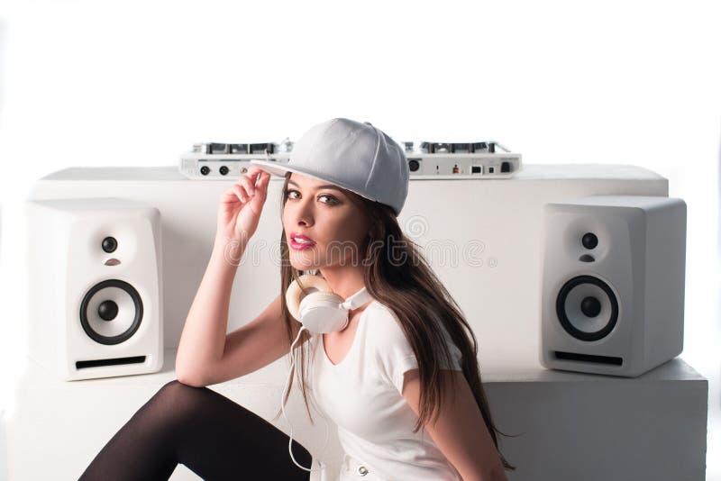 DJ atractivo de moda se vistió en la música de mezcla blanca imágenes de archivo libres de regalías
