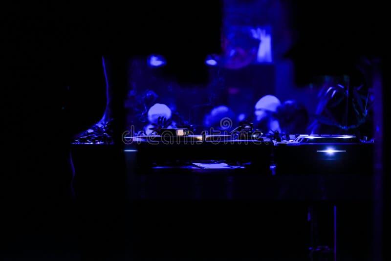 DJ auf der Konsole stockfotografie