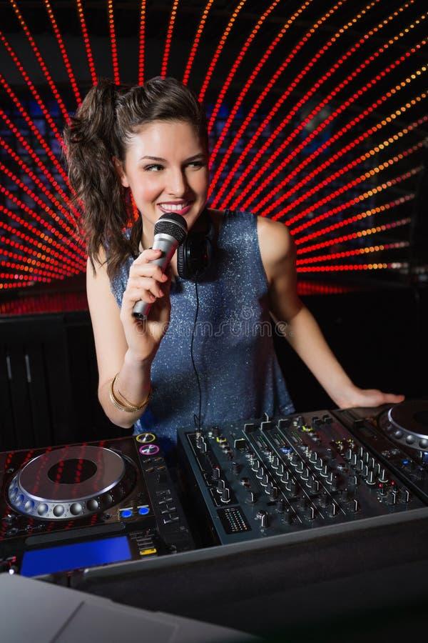 DJ bastante femenino que juega música foto de archivo