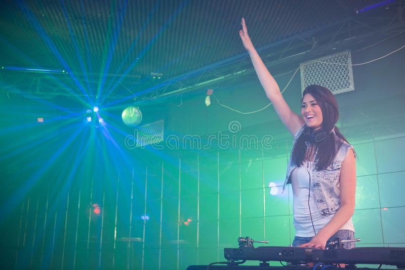 DJ bastante femenino que se divierte mientras que juega música fotos de archivo