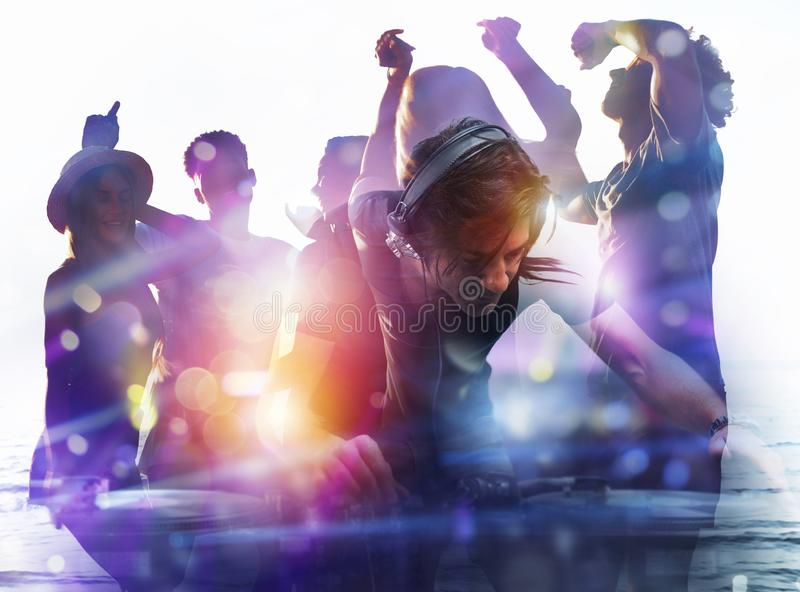 DJ bawi? si? muzyk? przy discotheque podw?jny nara?enia obraz stock