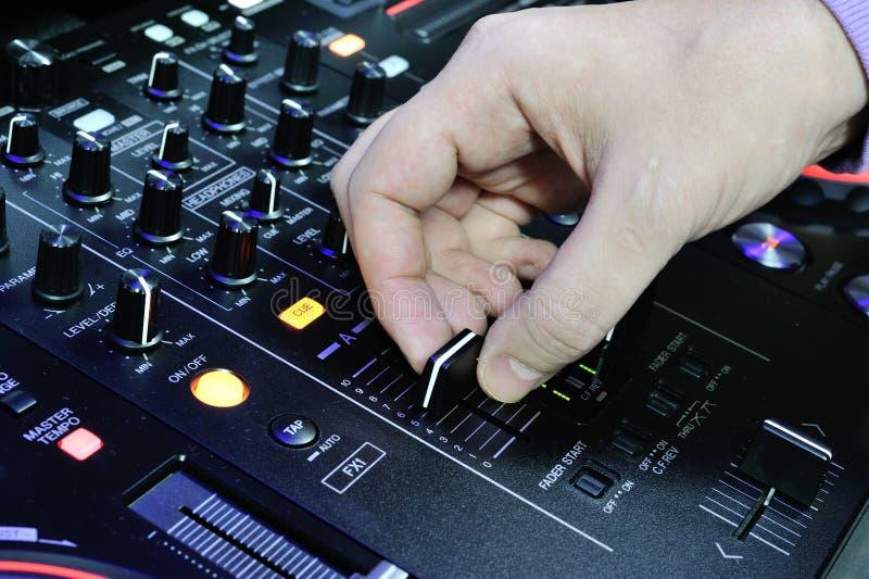 Dj bawić się na melanżer audio konsoli zdjęcia stock