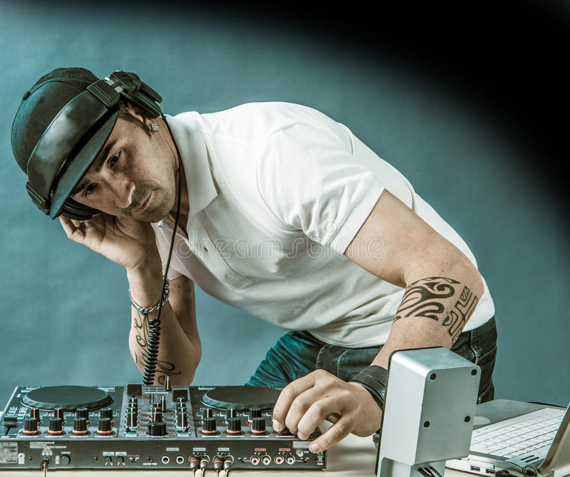 DJ bei der Arbeit stockfoto