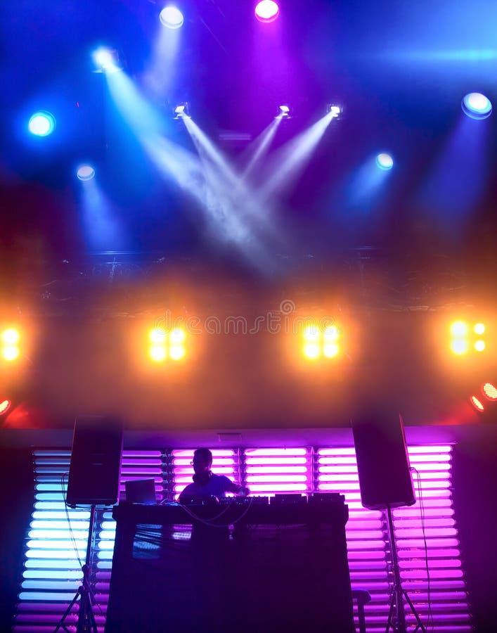 DJ bij nachtclub op scène stock afbeelding