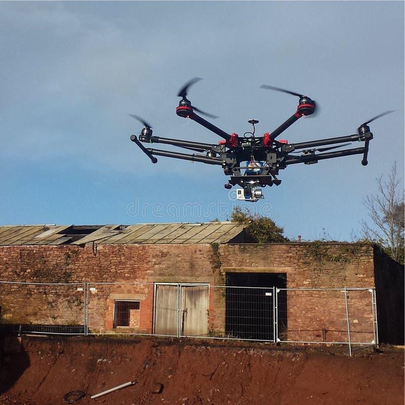 DJ-Brummen UAV mit einem GoPro in einem Schwebeflug stockfoto