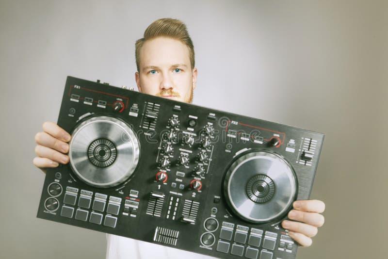 DJ com o console para o levantamento de mistura sadio no estúdio fotos de stock royalty free