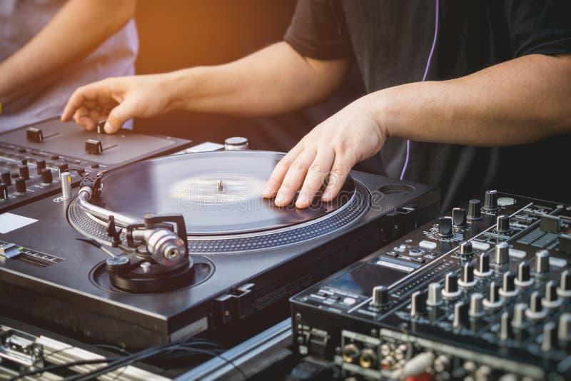 DJ con evento del entretenimiento de la música de las placas giratorias imagenes de archivo