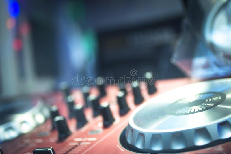 DJ consuela el club nocturno de mezcla del partido de la música de la casa de Ibiza del escritorio fotos de archivo