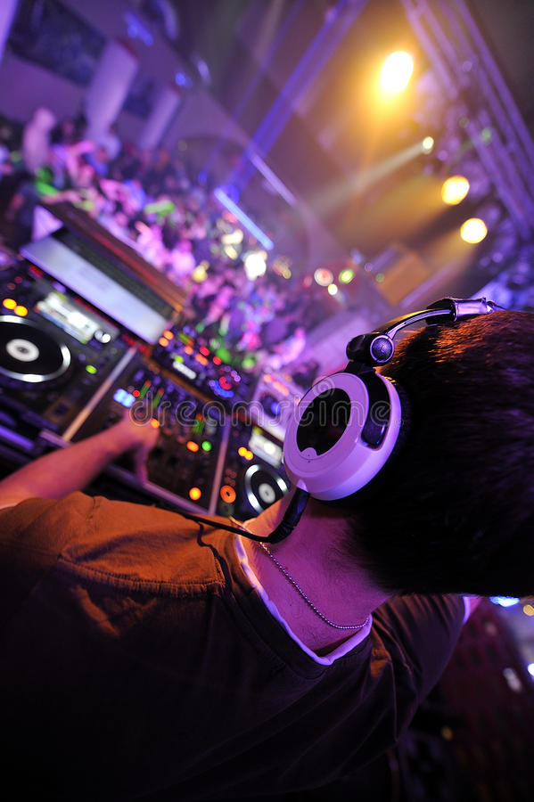 DJ, das an der Partei spielt stockbild