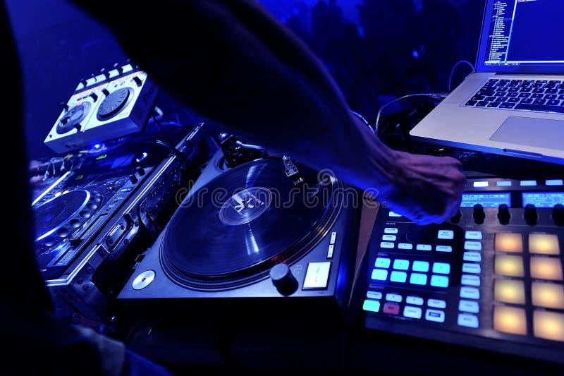 DJ, das an der Partei spielt lizenzfreie stockfotos