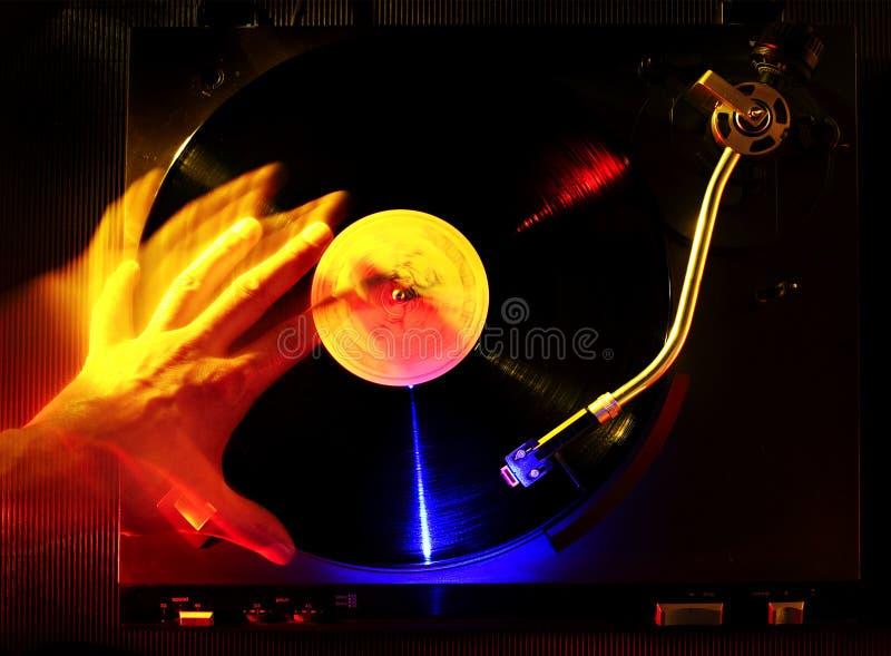 DJ, das eine Vinylplatte löscht stockfotografie