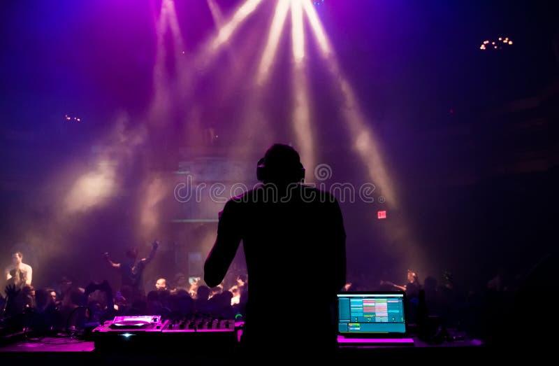 DJ, das an einem Konzert durchführt stockbilder