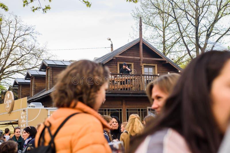 DJ, das Musik auf hölzernem Balkon, während des Straßen-Nahrungsmittelfestivals spielt stockfoto